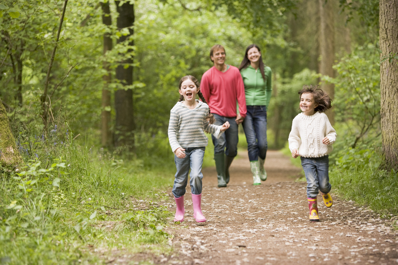 Lavage-image-family-walking-in-woods